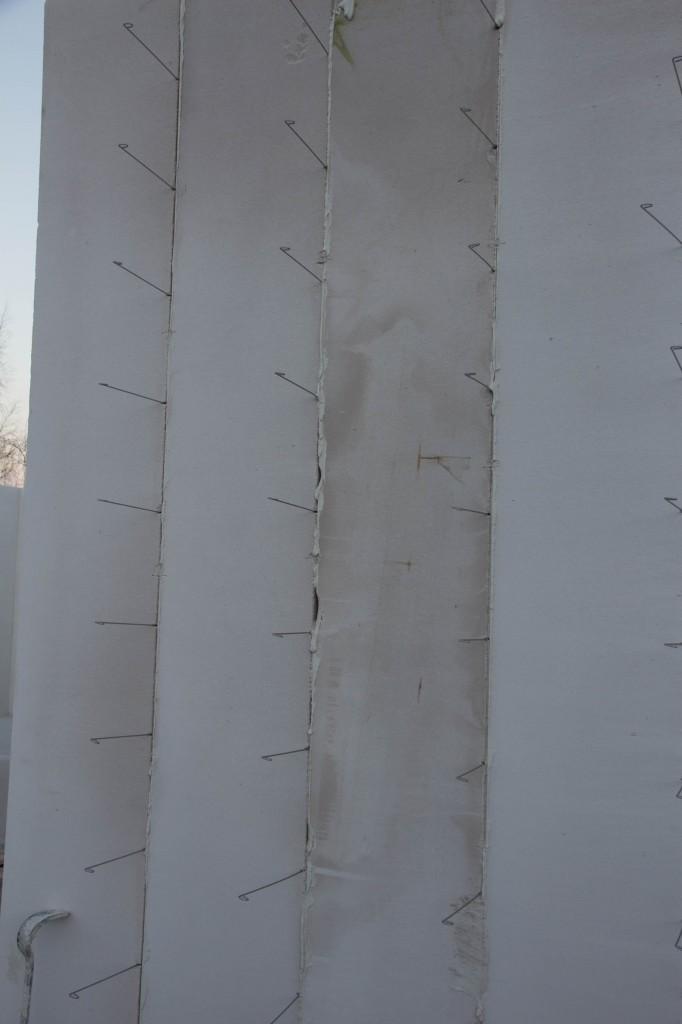 Pinde stikkende ud af ydervæggene, mon det er til isoleringen, der skal sættes fast?