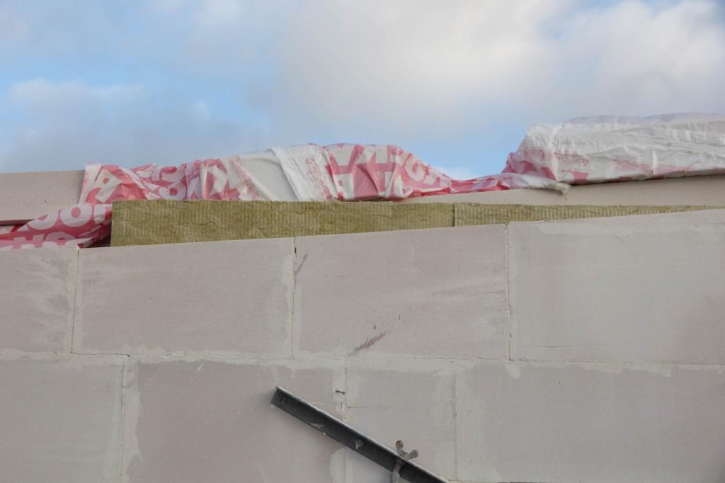 Her har de isoleret mellem væggen i garagen og resten af huset. Afdækningen er dog blæst op.