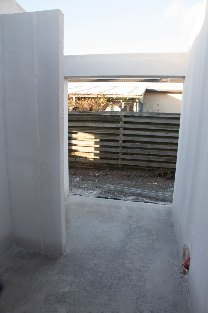 Her er entréen og så skal der være indbygget skab først til venstre.