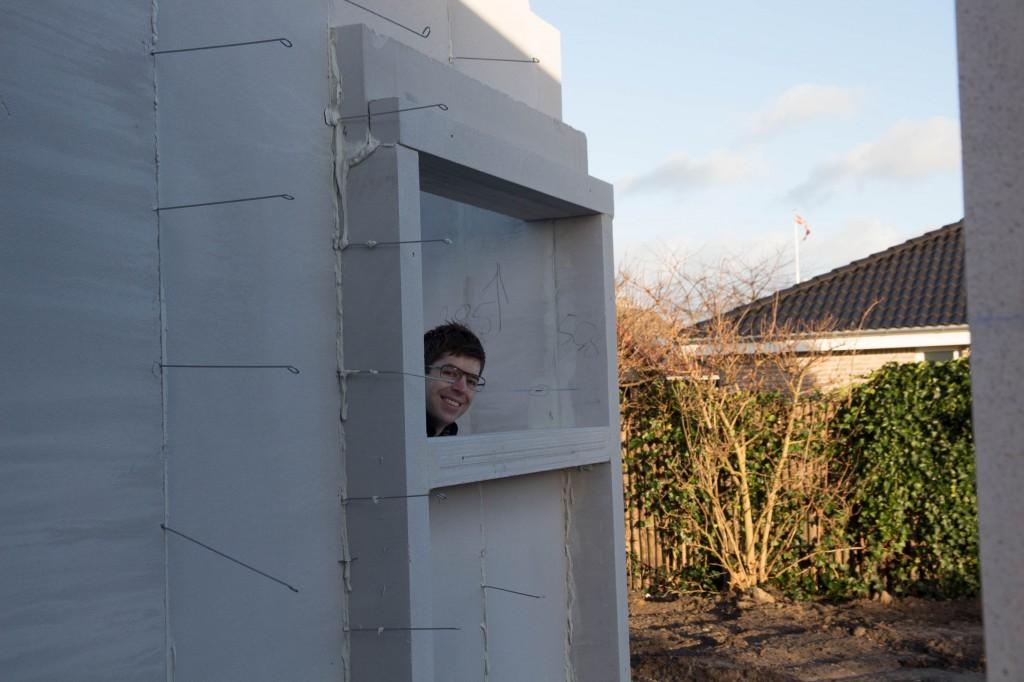 Jeg kigger ud af forældrebadeværelses vindue.