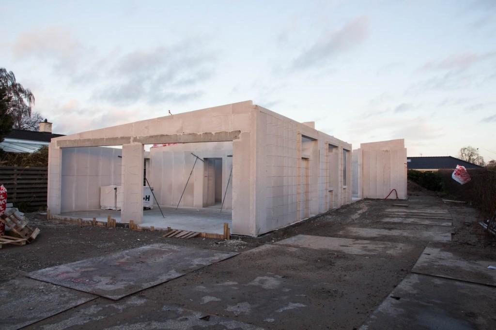 Et styk hus klar til tag, nu vil vi godt have det lukket af.
