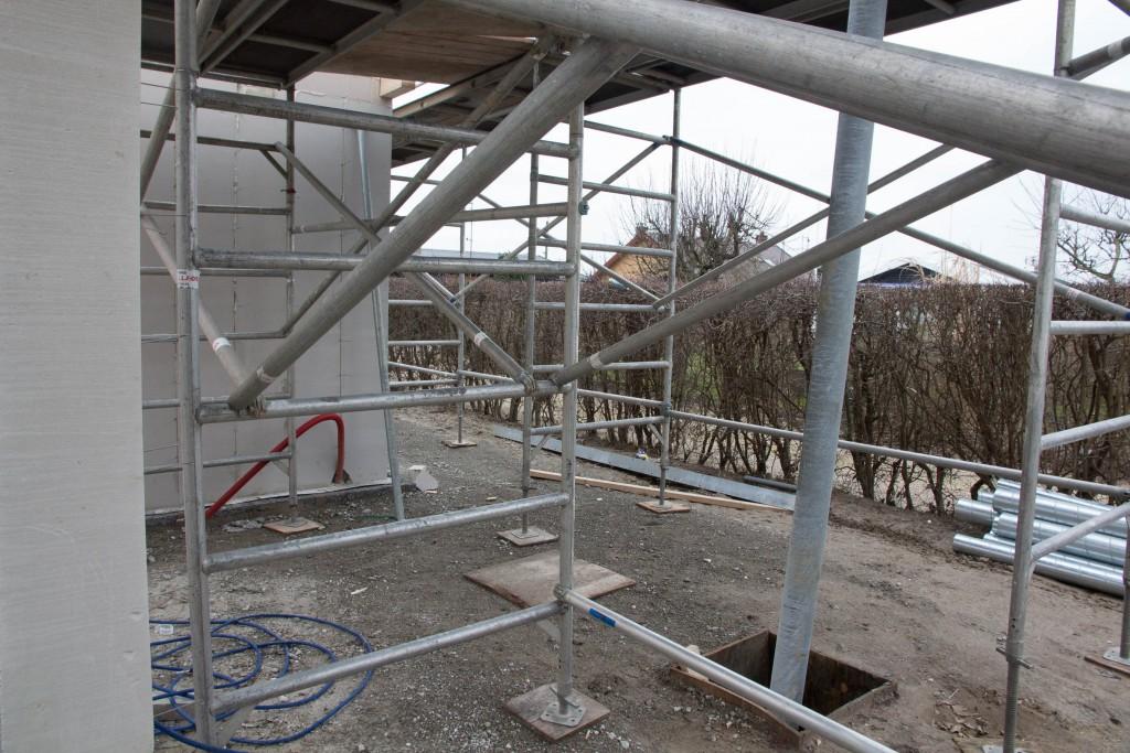 Terrassen med stolpe (og et stillads)
