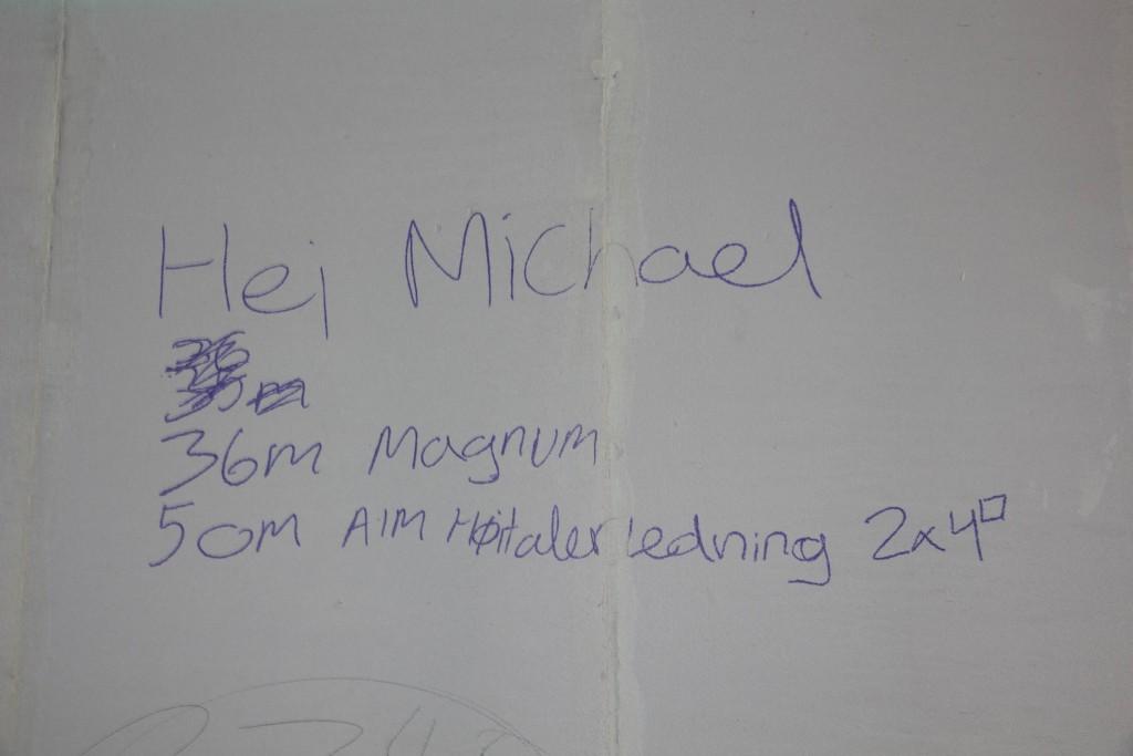 Elektriker har skrevet på væggen, hvad han mangler af højtalerkabler
