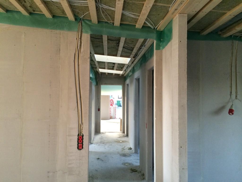 Så er beton'en i døråbningen skåret helt væk, så der er plads til glasstykke over døren.