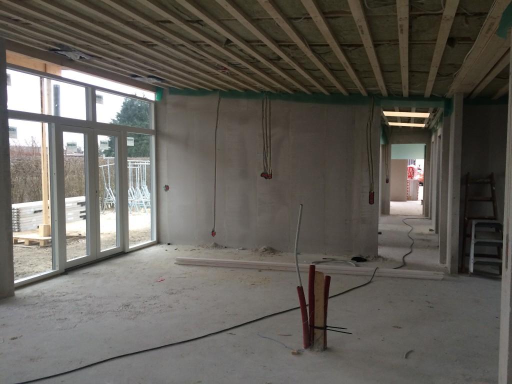 Køkkenalrum med kig ned mod gang oplyst af ovenlysvinduer.