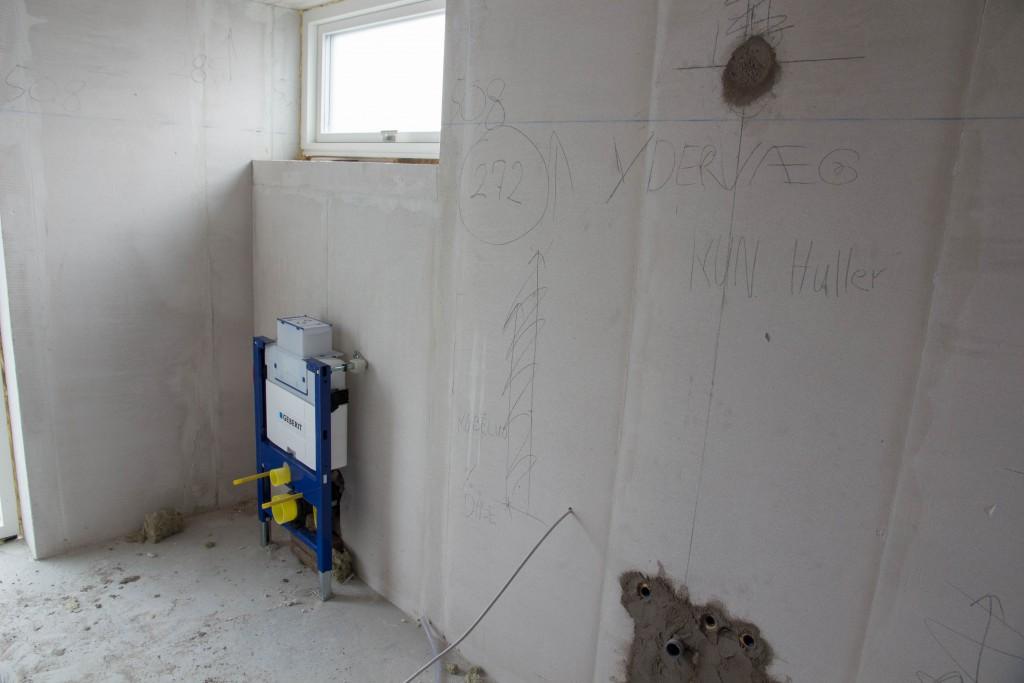 Forældrebad, nu med cisterne. Dog skulle den vist have været inde i muren, det undersøger vi lige...