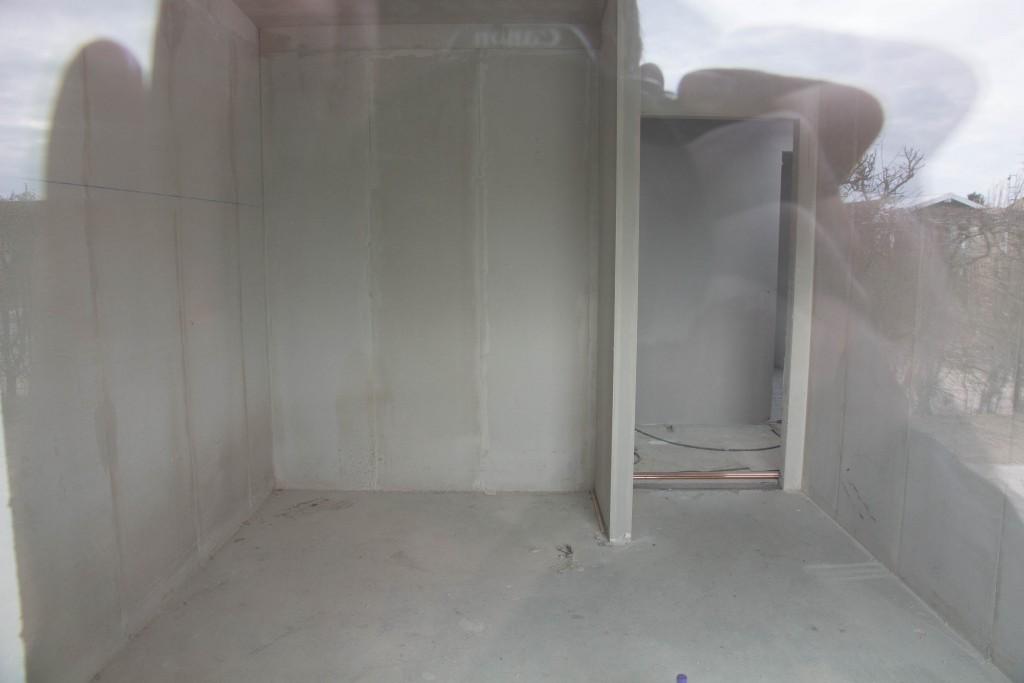 Det ene børneværelse med hvad der ligner skimmelsvamp i bunden af væggen i venstre side.