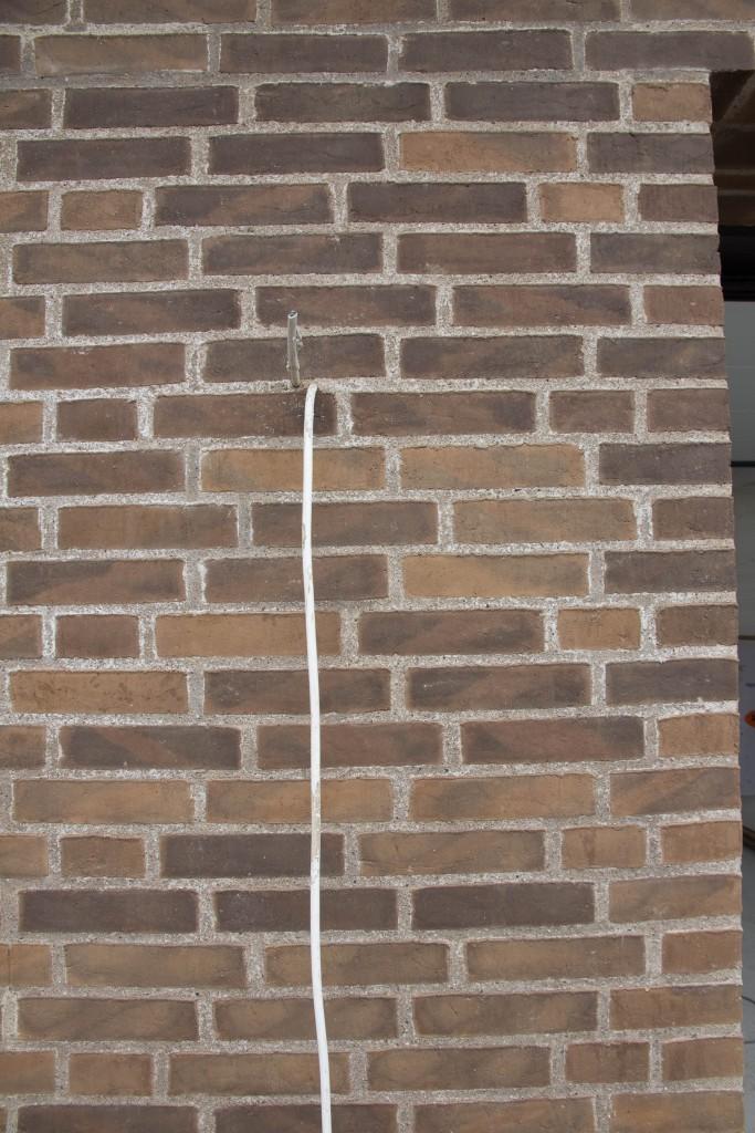 Vi må håbe de renser fugerne rene, sådan ser det ud rundt omkring på murværket.