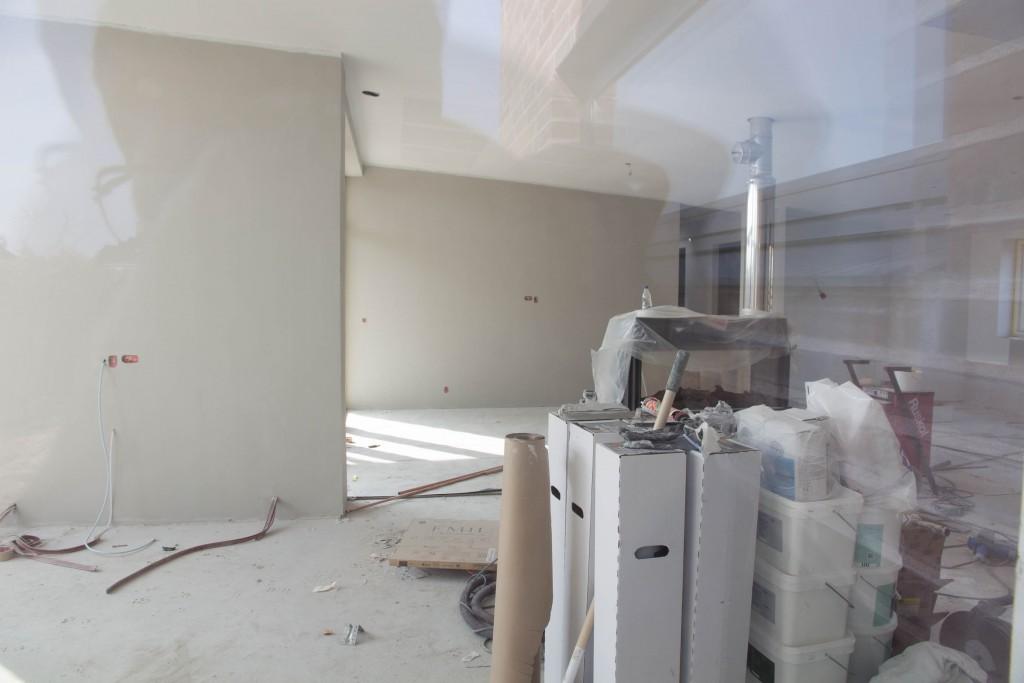Kig ind i stue og køkkenalrum fra vindue i baghaven.