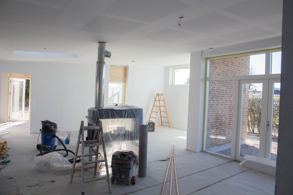 Køkkenalrum og stue set fra gangen
