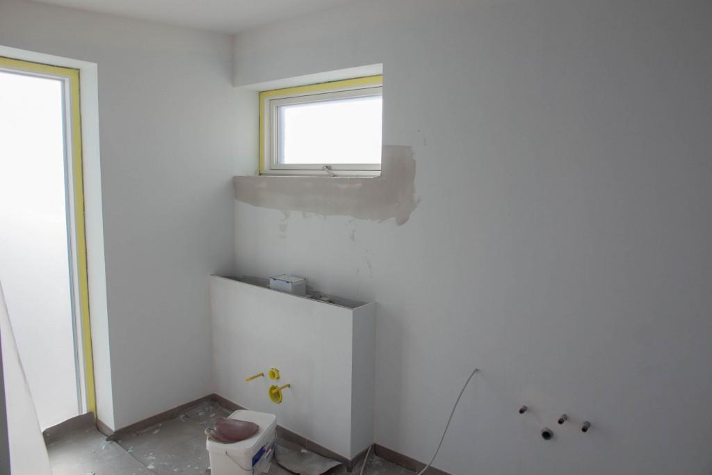 Forældrebad. Som tidligere bemærket skulle cisternen have været inde i væggen, men vi er gået med til at den nu kommer udenpå væggen i en kasse.