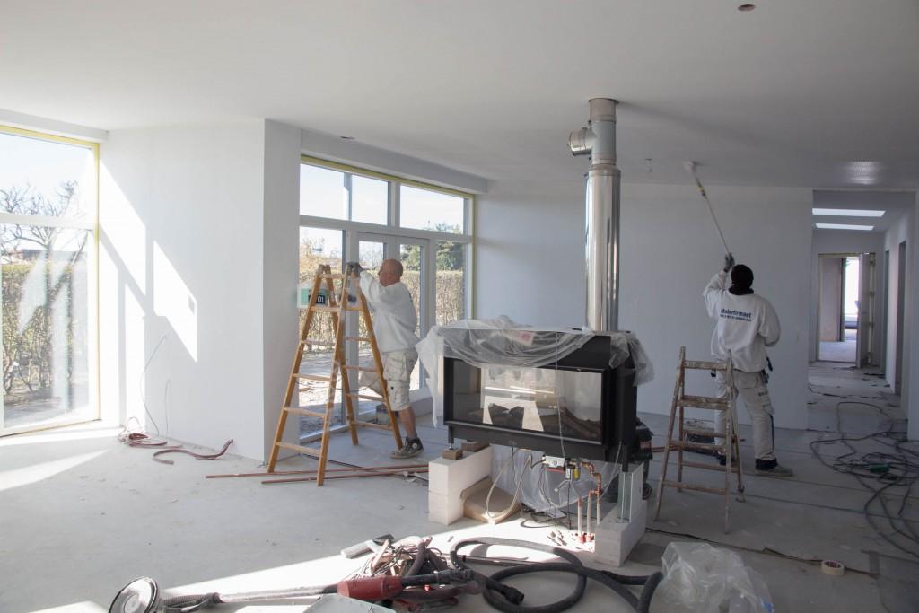 Malerne i fuld gang med at male de filtede vægge