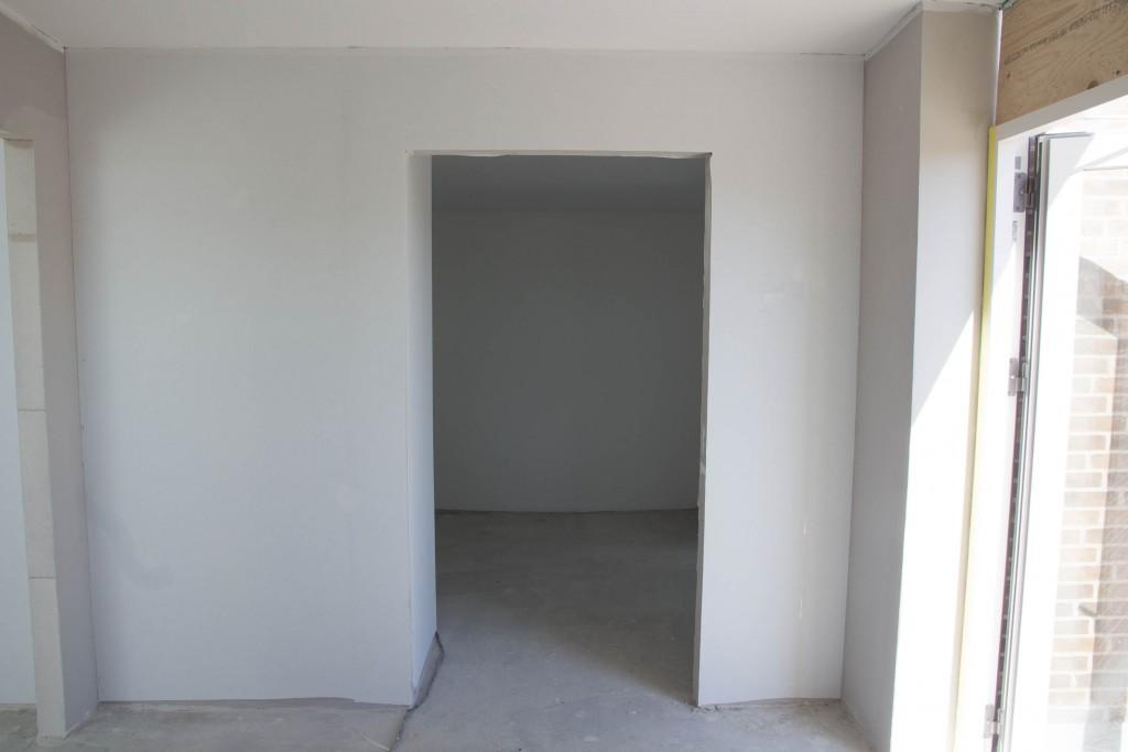 Det er indgangen til walk-in, men de har lige fundet ud af at døråbningen er tegnet for bred, så skydedøren kan ikke leveres i stor nok størrelse.