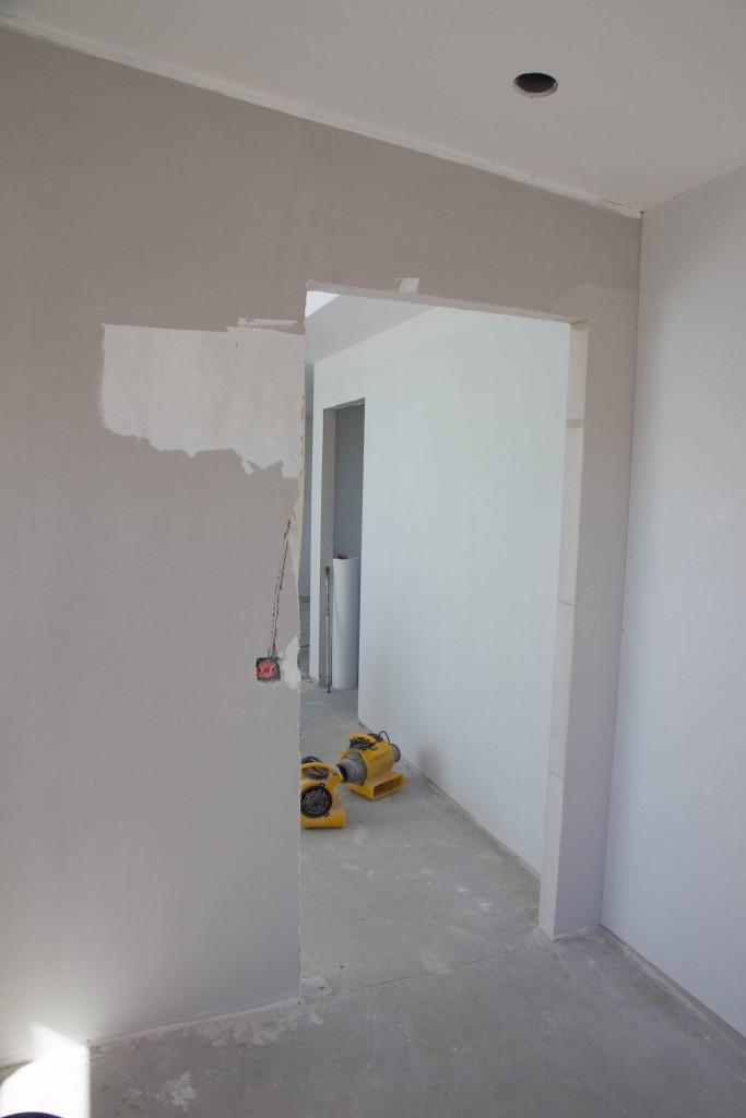 Skydedøren er der samtidig heller ikke plads til i højre side af billedet, derfor er døråbningen nu rykket.