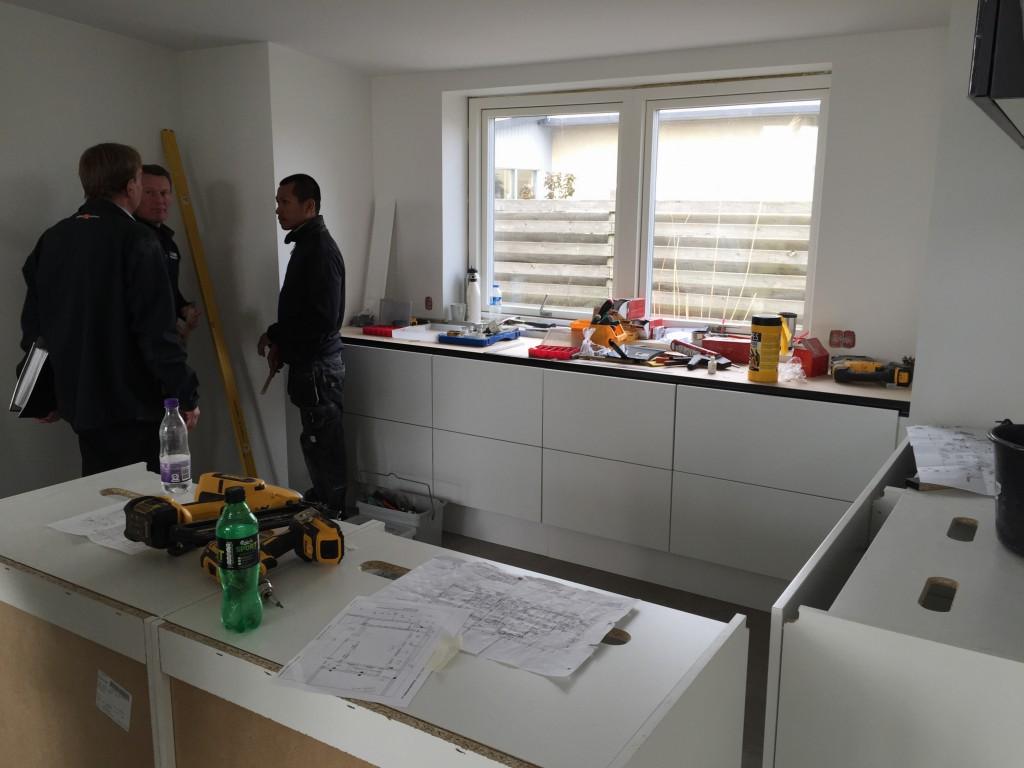 Tømrerne og vores byggeleder drøfter mulighederne for at komme videre