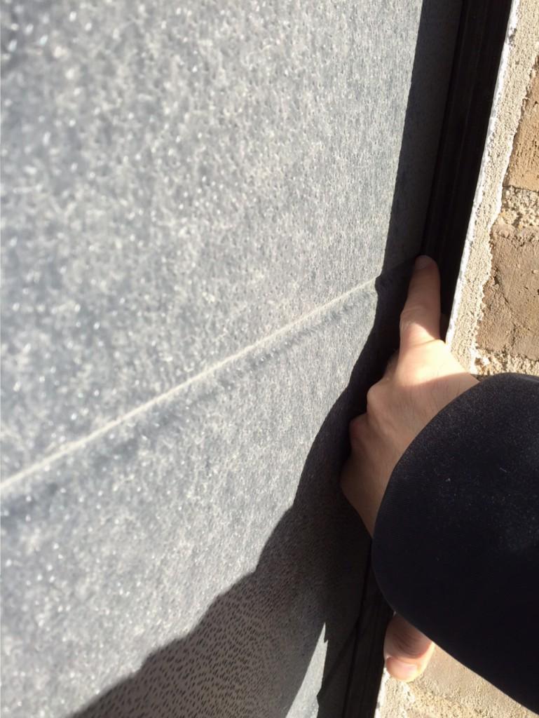 Garageportene har jeg bemærket har et mærkeligt indhak, hvor man kan få en hånd ind mellem mur og port i hver side. Det skyldes at portene er for brede og stolperne står længere inde. Portene skal gøre smallere og stolperne flyttes ud til kanten af murværket.