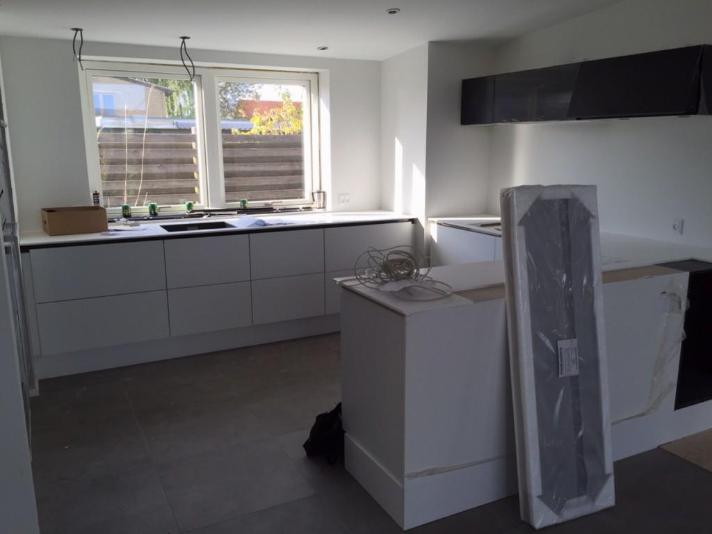 Køkkenbordpladen kan nu nå hele vejen forbi vinduerne. Det er blevet flot og godt at se den dejlige bordplade vi har valgt (selvom den var dyr).