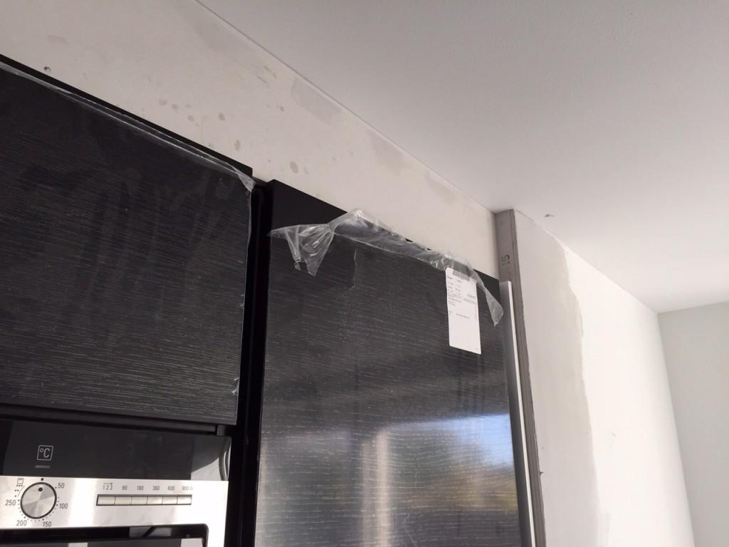 Toppen over køkkenhøjskabene bliver afsluttet mærkeligt med et indhak i stedet for at væggen bare fortsætter.