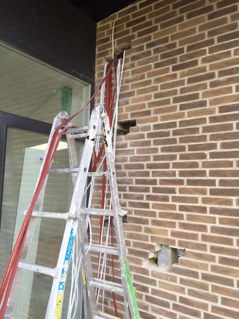 Højtalerkabel på terrassen bliver trukket igen