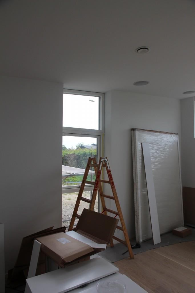 Det skrå vindue i stuen er nu også monteret, det pynter meget og giver lige det sidste lys ind fra et andet verdenshjørne.