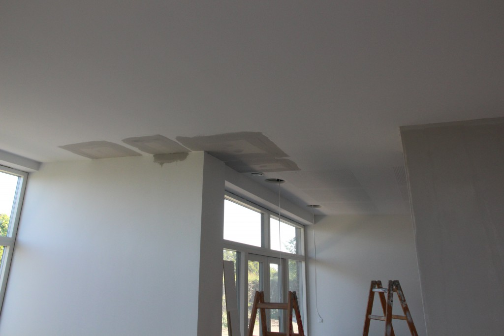 Huller i loftet i stuen er lavet