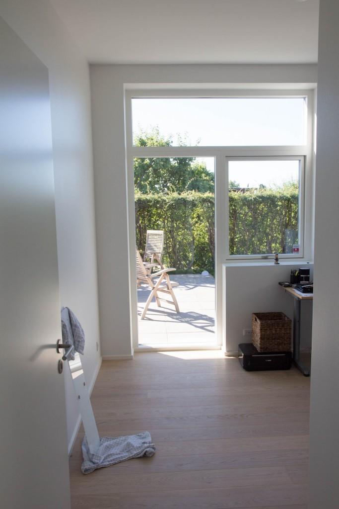 Et kig ud af vinduerne i værelse 2. Vindueskarmen som mangler at blive skiftet i gæstebad, står der også op ad væggen.