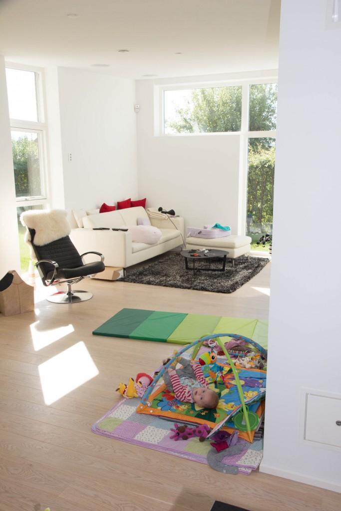 Selvom sofaen er kommet på plads, er der mange ting som stadigvæk mangler at blive hængt op og sat på plads.
